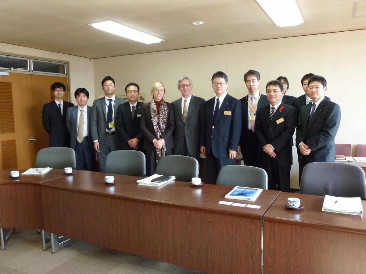 A la préfecture d'Iwate, Messieurs Katsushige Takahashi, Hideki Kikuchi, Yoshiaki Ishikawa, Masaru Obara,Chefs de service du Département Santé et Bien-Être, Messieurs Osaki, Shirasawa et leurs collaborateurs.